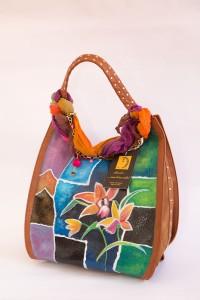 FARAH, cod LML B05 , borsa color cammello in ecopelle a trama larga. Dipinta a mano. Foulard in cotone indiano in pendant in dotazione NON REPLICABILE