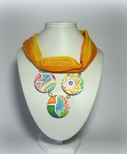 AISHA, cod. LML C12 collarino foulard in cotone indiano sui toni del giallo e dell'arancio. Pendente tris di cerchi in legno da 3 cm ciascuno.REPLICABILE E PERSONALIZZABILE