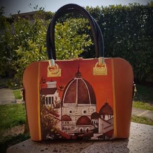 Borsa dipinta a mano,FIRENZE BELLA in un'interpretazione Hanùl, con colori intensi per una borsa di qualità dal valore artigianale unico. Se vuoi ricevere un prodotto personalizzato, scrivici pure a dg.hanul@gmail.com