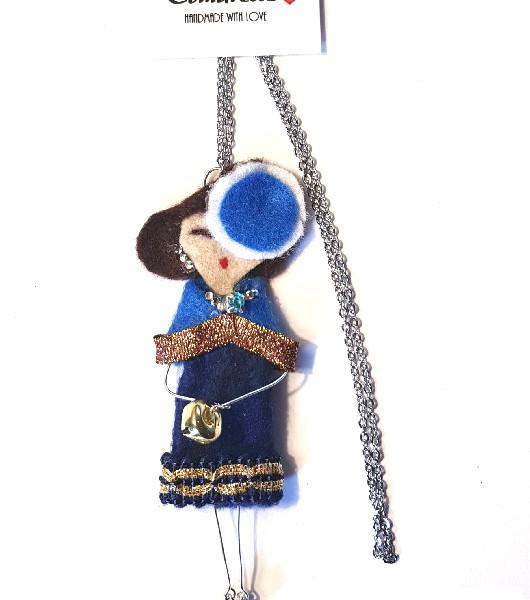 Bambolina collana in feltro, con abitino in feltro blu Catena in acciaio inossidabile. Il prodotto è realizzato e cucito interamente a mano ed eventuali imperfezioni sono dovute alla lavorazione artigianale che rende ogni bambolina unica ogni volta! Se vuoi personalizzare la tua bambolina in modo che assomigli alla tua amica del cuore o alla tua mamma o a chiunque tu voglia, scrivici a dg.hanul@gmail.com e inviaci una foto. Noi realizzeremo la tua bambolina personalizzata!
