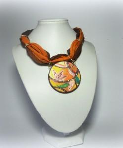 PATCHOULI, cod. LML C11 collarino foulard in cotone indiano sui toni dell'arancio e del marrone. Pendente tondo da 5 cm dipinto a mano.REPLICABILE E PERSONALIZZABILE