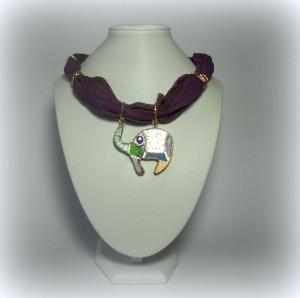 ABU',cod LML C09  collarino foulard in cotone indiano sui toni del viola. Pendente elefante decorato con acrilici e foglia oro intarsiataREPLICABILE E PERSONALIZZABILE