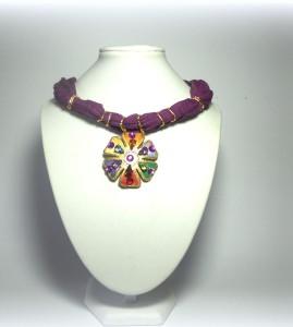 ZARA,  cod LML C10 collarino foulard in cotone indiano sui toni del viola. Fiore decorato con vari strass a goccia e dettagli in oro ricco.REPLICABILE E PERSONALIZZABILE