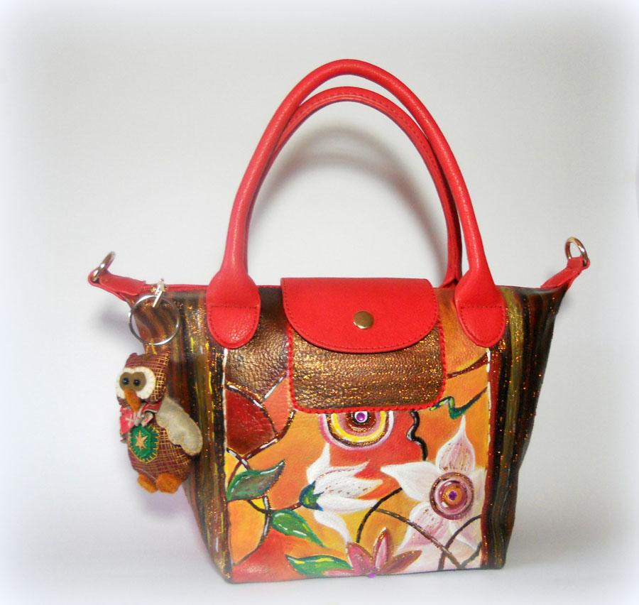 PATCHOULI, LMLB07 borsetta rossa in ecopelle dipinta a mano. Dettagli in glitter oro imitano le stoffe orientali. Gufetto in stoffa cucito a mano in pendant con la borsa in dotazione.