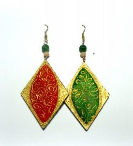 KAJA, COD LML OR 09 orecchini rombo da 5,5 cm di lunghezza, dipinti a mano con rilievi oro e parti in pigmento oro di altissima qualità. Perlina verde in pendantREPLICABILE E PERSONALIZZABILE