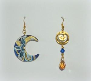 DOLCELUNA: COD LML OR20 orecchini asimmetrici con luna da un lato ed elegante spirale in ottone martellato oro impreziosito da swaroschi turchese e goccia swaroski color ambra REPLICABILE E PERSONALIZZABILE