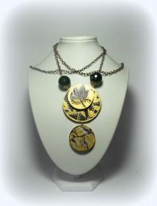 ALIDA,cod. LML C19 collana modulare composta da due cerchi decorati in oro e marrone. Perle verdone sfaccettate come connetori. Catena lunga bronzo antico.  NON REPLICABILE IL DIPINTO