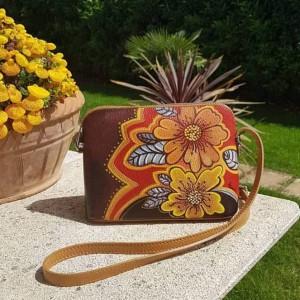 Borsa dipinta a mano, FIORI CALDI, in un'interpretazione Hanùl, con colori intensi per una borsa di qualità dal valore artigianale unico. Se vuoi ricevere un prodotto personalizzato, scrivici pure a dg.hanul@gmail.com