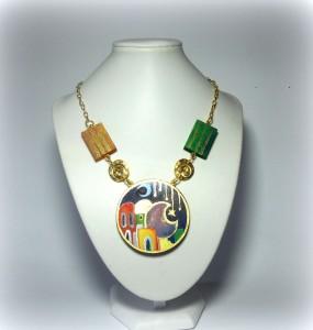 LEILA cod. LML C02 ( in arabo Notte) collana composta da tondo di 5,5 cm in legno dipinto a mano. Bordura oro ricavato da pigmenti in polvere. Minuteria oro senza nichel.REPLICABILE E PERSONALIZZABILE REPLICABILE