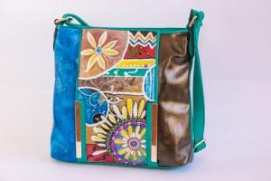 ZAIRA, cod.  LML B06 borsa tracolla in ecopelle dipinta a mano e applicazione di strass color lilla. Dettagli oro e glitter oro. NON REPLICABILE