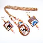 coordinato collana e orecchini in legno dipinti a mano la maternità Klimt (immagine inserita a scopo illustrativo)